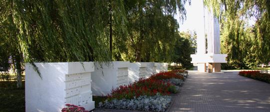 Братская могила советских воинов и партизан в Клецке